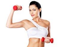 Mujer joven hermosa con pesas de gimnasia Imagenes de archivo