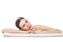 Mujer joven hermosa con resto limpio sano de la piel en una toalla foto de archivo libre de regalías