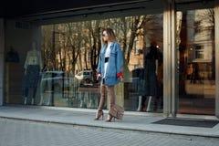 Mujer joven hermosa con sobre las botas de la rodilla Imagen de archivo libre de regalías