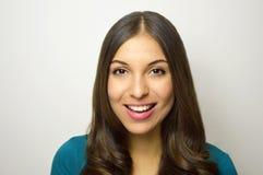 Mujer joven hermosa con sonrisa blanca perfecta con el fondo y el copyspace grises Fotografía de archivo libre de regalías
