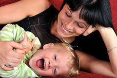 Mujer joven hermosa con su bebé Imágenes de archivo libres de regalías