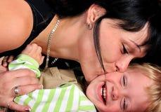 Mujer joven hermosa con su bebé Imagen de archivo libre de regalías