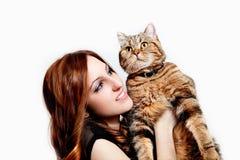 Mujer joven hermosa con su gato Foto de archivo