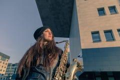 Mujer joven hermosa con su saxofón Fotografía de archivo