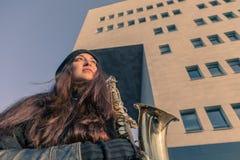 Mujer joven hermosa con su saxofón Fotografía de archivo libre de regalías