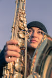Mujer joven hermosa con su saxofón Foto de archivo libre de regalías