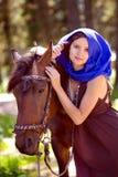 Mujer joven hermosa con un caballo al aire libre Fotografía de archivo libre de regalías
