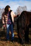 Mujer joven hermosa con un caballo en el país Imagen de archivo