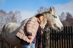 Mujer joven hermosa con un caballo en el país Imagen de archivo libre de regalías