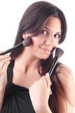 Mujer joven hermosa con un cepillo del maquillaje Imagen de archivo libre de regalías