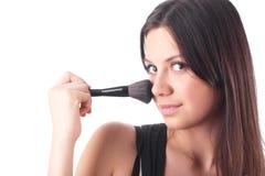 Mujer joven hermosa con un cepillo del maquillaje. Fotografía de archivo libre de regalías