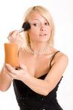 Mujer joven hermosa con un cepillo del maquillaje. Imagenes de archivo