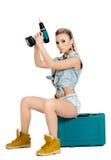 Mujer joven hermosa con un destornillador eléctrico Imagenes de archivo