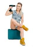 Mujer joven hermosa con un destornillador eléctrico Fotos de archivo libres de regalías