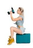 Mujer joven hermosa con un destornillador eléctrico Fotografía de archivo libre de regalías