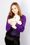 Mujer joven hermosa con un juguete un mono Foto de archivo libre de regalías