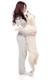 Mujer joven hermosa con un perro Imagen de archivo libre de regalías