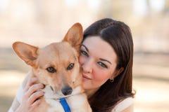 Mujer joven hermosa con un perro Foto de archivo