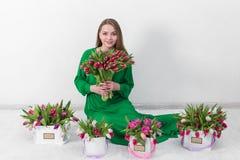 Mujer joven hermosa con un ramo de flores fotos de archivo