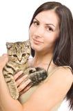 Mujer joven hermosa con un recto escocés del gatito Foto de archivo