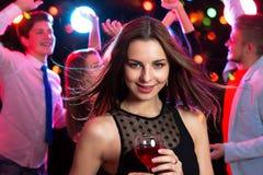 Mujer joven hermosa con un vidrio de vino Imagen de archivo libre de regalías