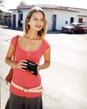 Mujer joven hermosa con una cámara imagen de archivo