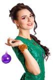 Mujer joven hermosa con una chuchería púrpura de la Navidad Foto de archivo