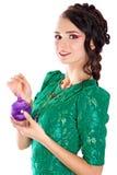 Mujer joven hermosa con una chuchería púrpura de la Navidad Imagen de archivo libre de regalías