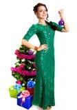 Mujer joven hermosa con una chuchería púrpura de la Navidad cerca del SM Foto de archivo libre de regalías