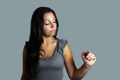 Mujer joven hermosa con una etiqueta de plástico (1) Imagen de archivo