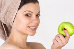 Mujer joven hermosa con una manzana. Foto de archivo libre de regalías