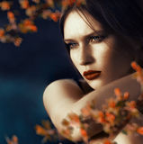 Mujer joven hermosa con una mirada pensativa Imagen de archivo