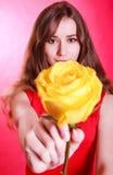 Mujer joven hermosa con una rosa amarilla Fotos de archivo libres de regalías