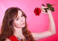 Mujer joven hermosa con una rosa roja Fotos de archivo libres de regalías