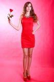 Mujer joven hermosa con una rosa roja Imagen de archivo libre de regalías