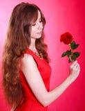 Mujer joven hermosa con una rosa roja Imagen de archivo