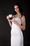 Mujer joven hermosa con una taza Fotografía de archivo libre de regalías