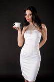 Mujer joven hermosa con una taza Fotos de archivo