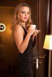 Mujer joven hermosa con una taza Imagenes de archivo