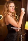 Mujer joven hermosa con una taza Foto de archivo