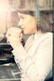 Mujer joven hermosa con una taza de café Imagen de archivo