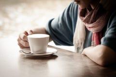 Mujer joven hermosa con una taza de té Fotos de archivo