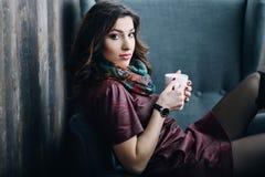 Mujer joven hermosa con una taza de té o de café Fotos de archivo