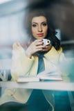 Mujer joven hermosa con una taza de té o de café Foto de archivo