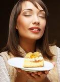 Mujer joven hermosa con una torta imagenes de archivo