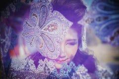 Mujer joven hermosa de Asia que presenta con la tela fotografía de archivo libre de regalías