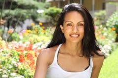Mujer joven hermosa de la sonrisa magnífica en sol Imagenes de archivo