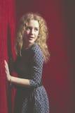 Mujer joven hermosa de pensamiento que mira al lado el copysp rojo Fotografía de archivo