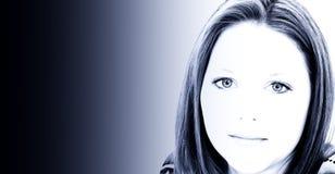 Mujer joven hermosa de veinte años en tonos azules Foto de archivo libre de regalías