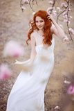 Mujer joven hermosa debajo del árbol floreciente Imágenes de archivo libres de regalías